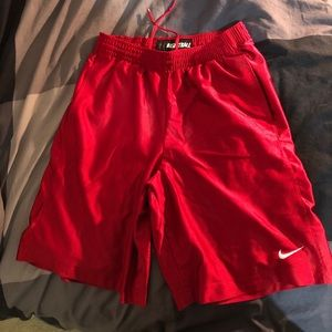 NIKE GYM SHORTS RED